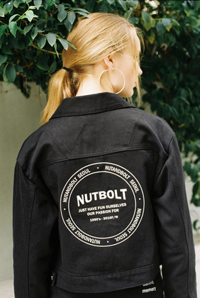 [너트앤볼트] NUTANDBOLT LOGO CROP TRUCKER JACKET (BLACK)