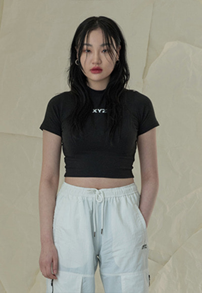 XYZ LOGO CROP T-SHIRT - BLACK