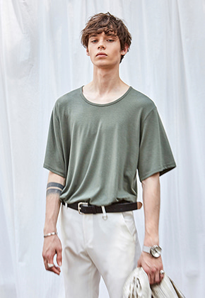 Yan13얀써틴 WEARABLE U-NECK T-SHIRTS_KHAKI