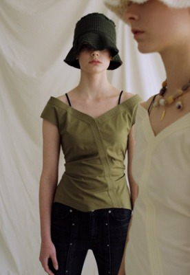 Anderssonbell앤더슨벨 JUNE OFF-SHOULDER BLOUSE atb326w(Khaki)