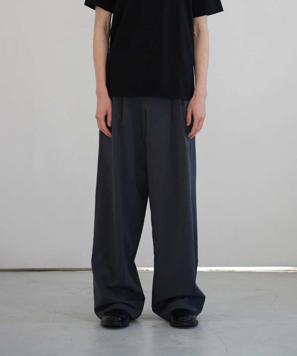 13MONTH써틴먼스 TWO TUCK WIDE PANTS (CHARCOAL)